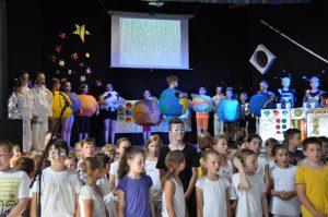 """Grundschüler der Johann-Christian-Senckenbergschule in Runkel während der Aufführung des Musicals """"8ung Planeten, wir kommen"""""""